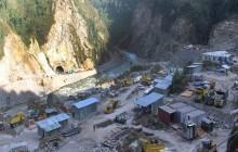 अरुण तेस्रो जलविद्युत् परियोजनाको मजदूरद्धारा निर्माण सामग्रीमा तोडफोड, निर्माण ठप्प